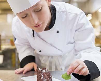 chef préparant un dessert au chocolat